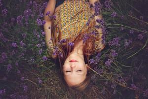 chica tumbada entre flores
